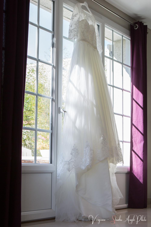 robe de la mariee suspendue à la fenetre