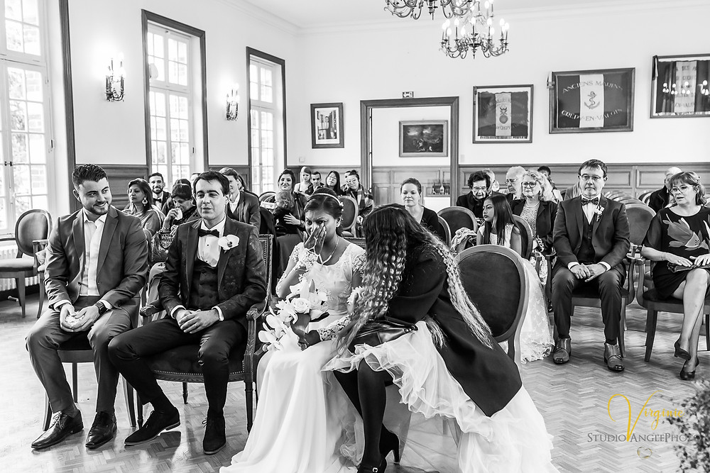la mariée est saisie d'émotion à la mairie