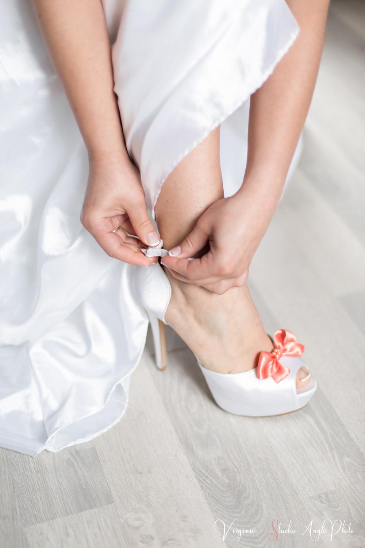 la future mariee met ses chaussures