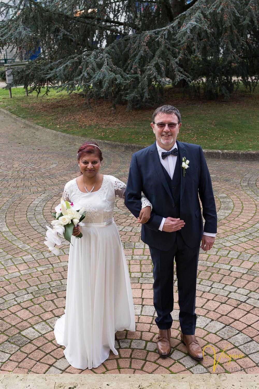 la mariée et le papa du marié sur le parvis de la mairie