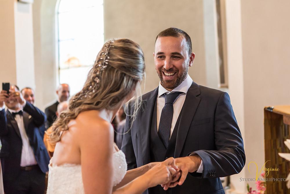 l'alliance du marié est difficile a passer au doigt