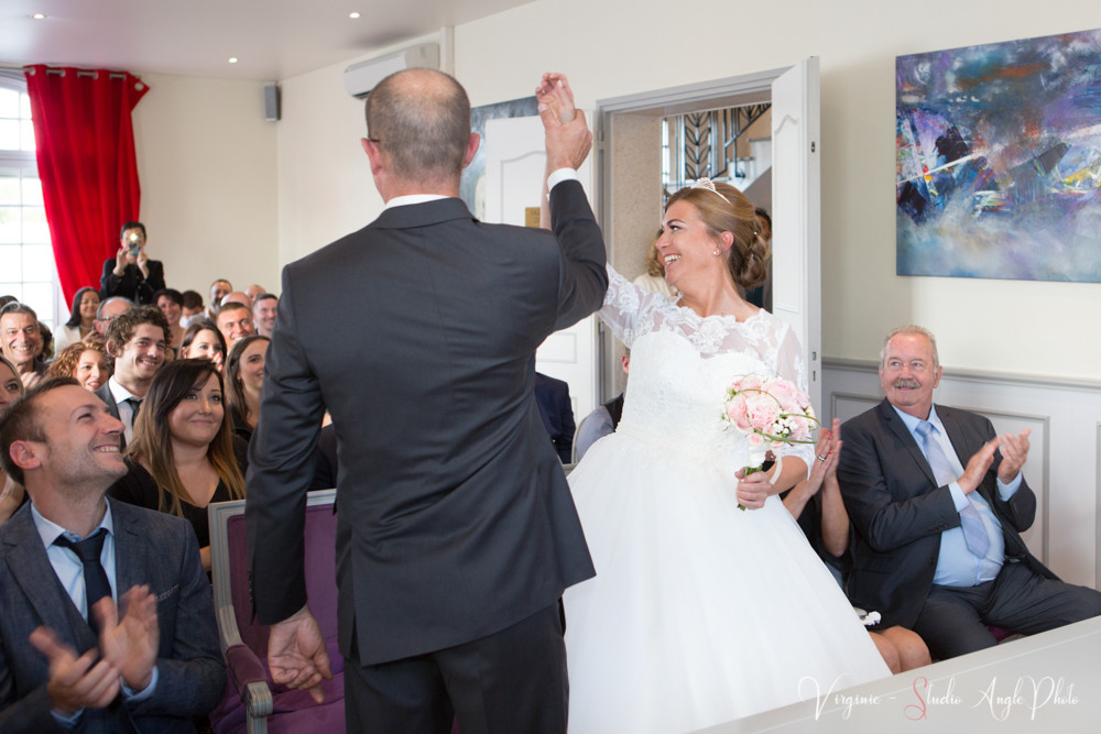 les mariés montrent leurs alliances aux invités
