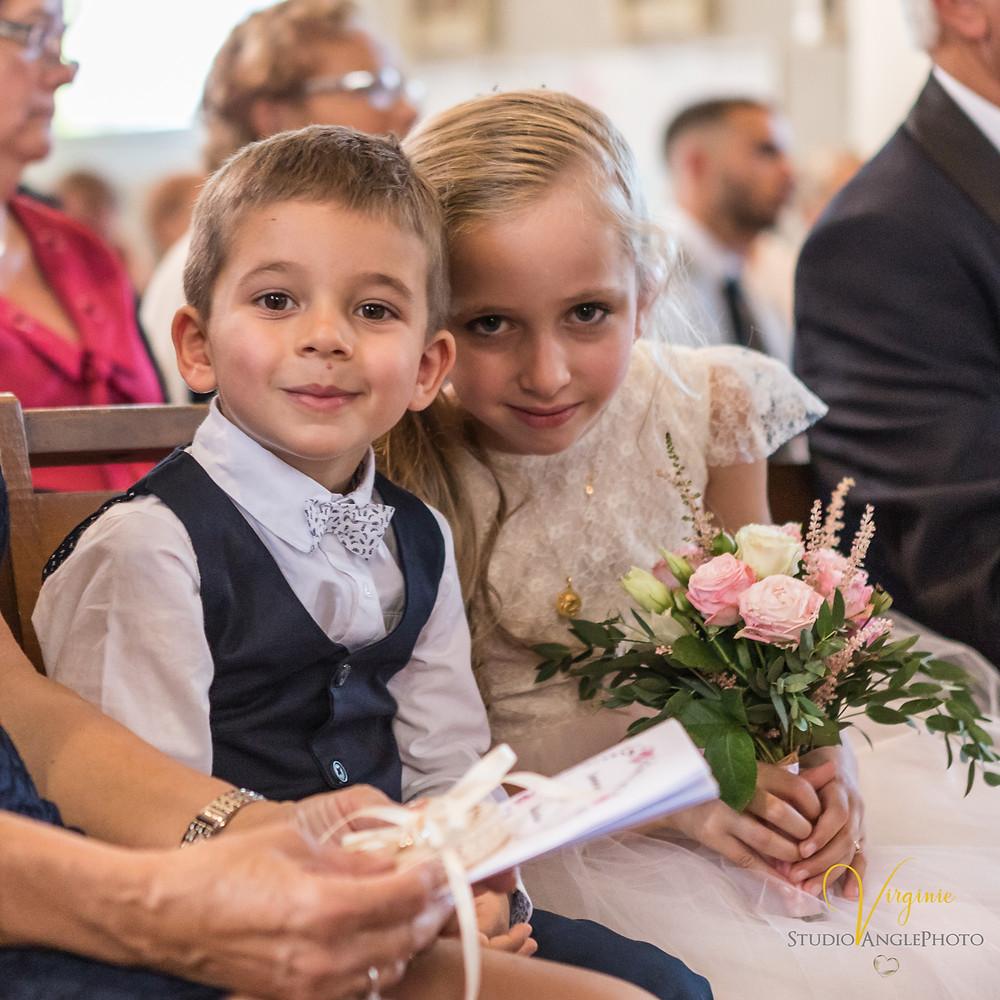 frere et soeuu au mariage de leurs parents à l'église