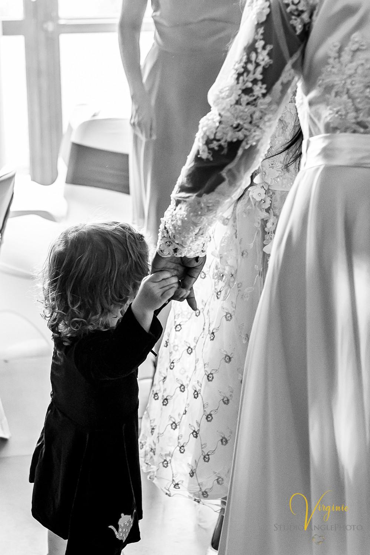la petite fille prend la main de la mariée