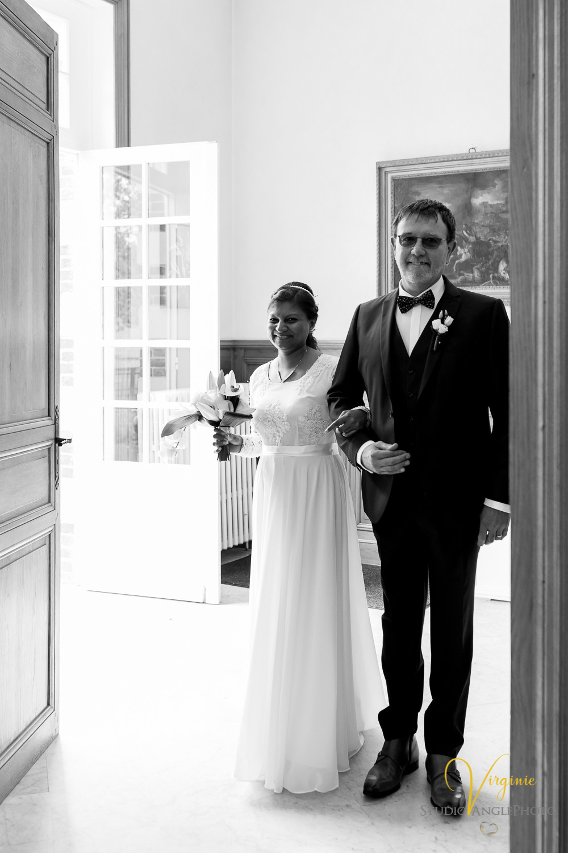 la mariée entre à la mairie au bras de son future beau-père