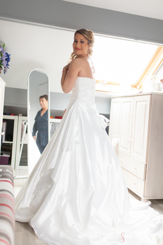 la future mariee et sa maman sont heureuses après avoir enfilé la robe