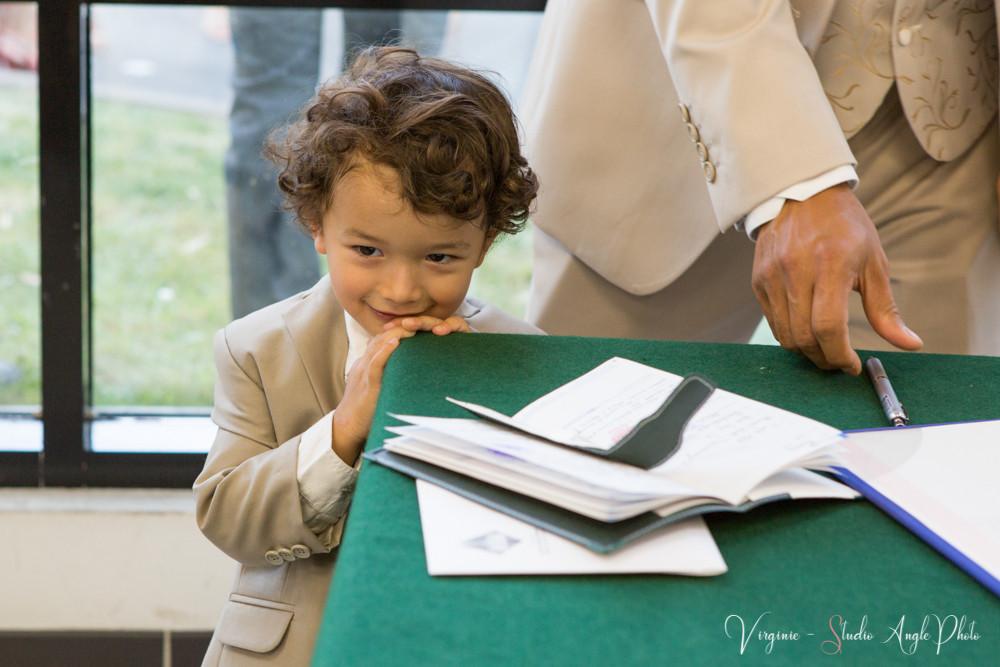 l'enfant des mariés à la signature du registre