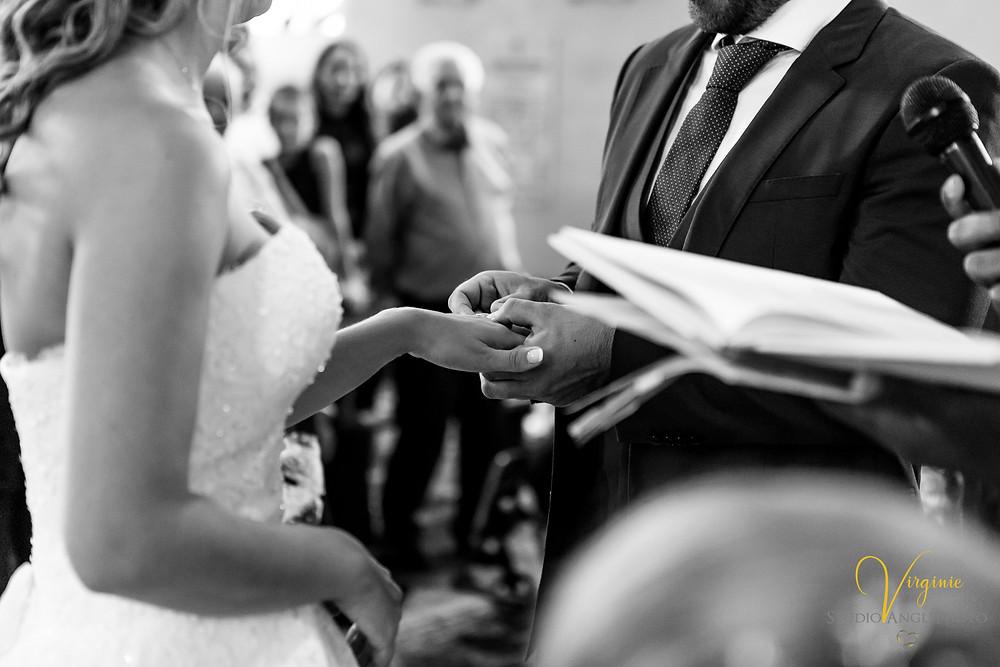 le marié passe l'alliance au doigt de sa femme