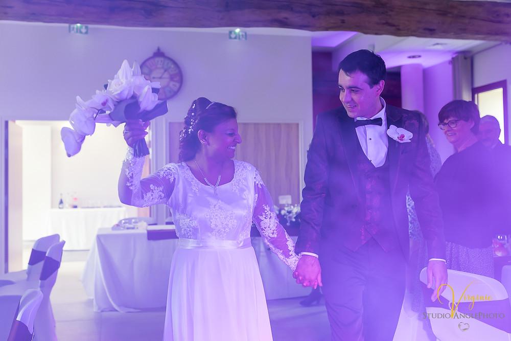 la joie des mariés en entrant dans la salle de réception