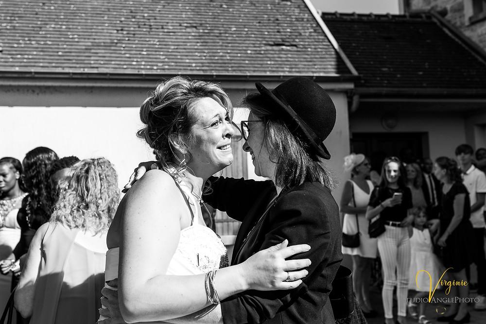 Embrassades à l'arrivée de la mariée