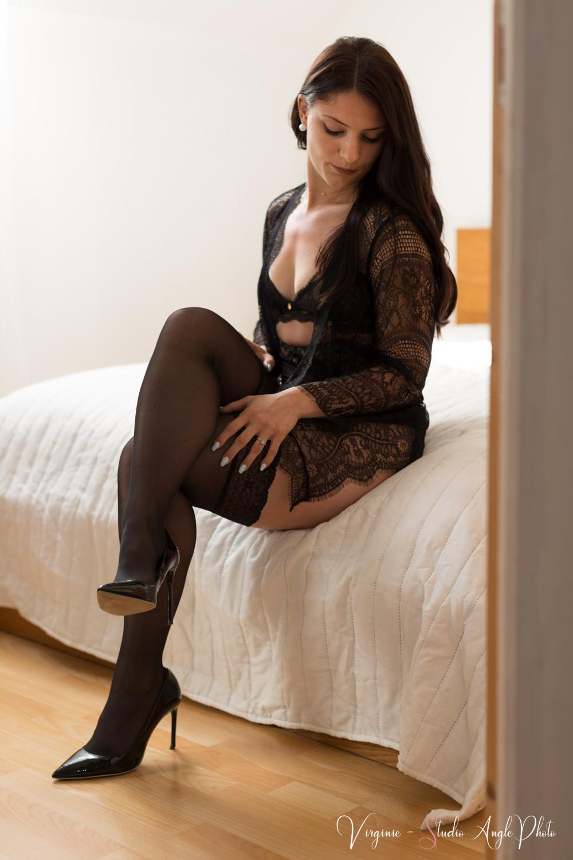 jeune femme assise sur le lit en sous-vêtements