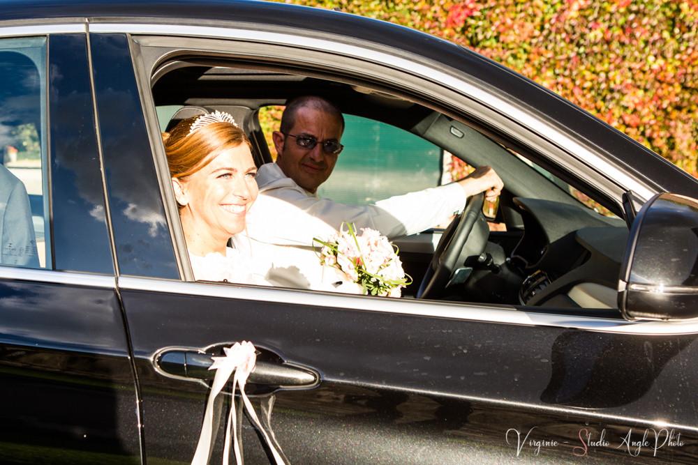 les mariés arrivent à la salle de réception
