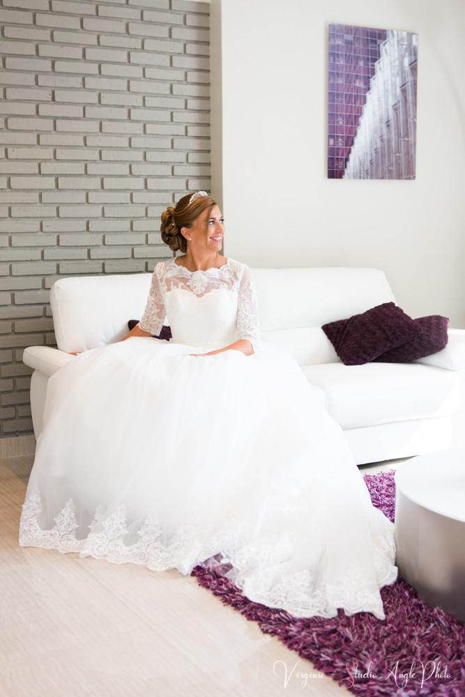 la mariée vient de mettre sa robe