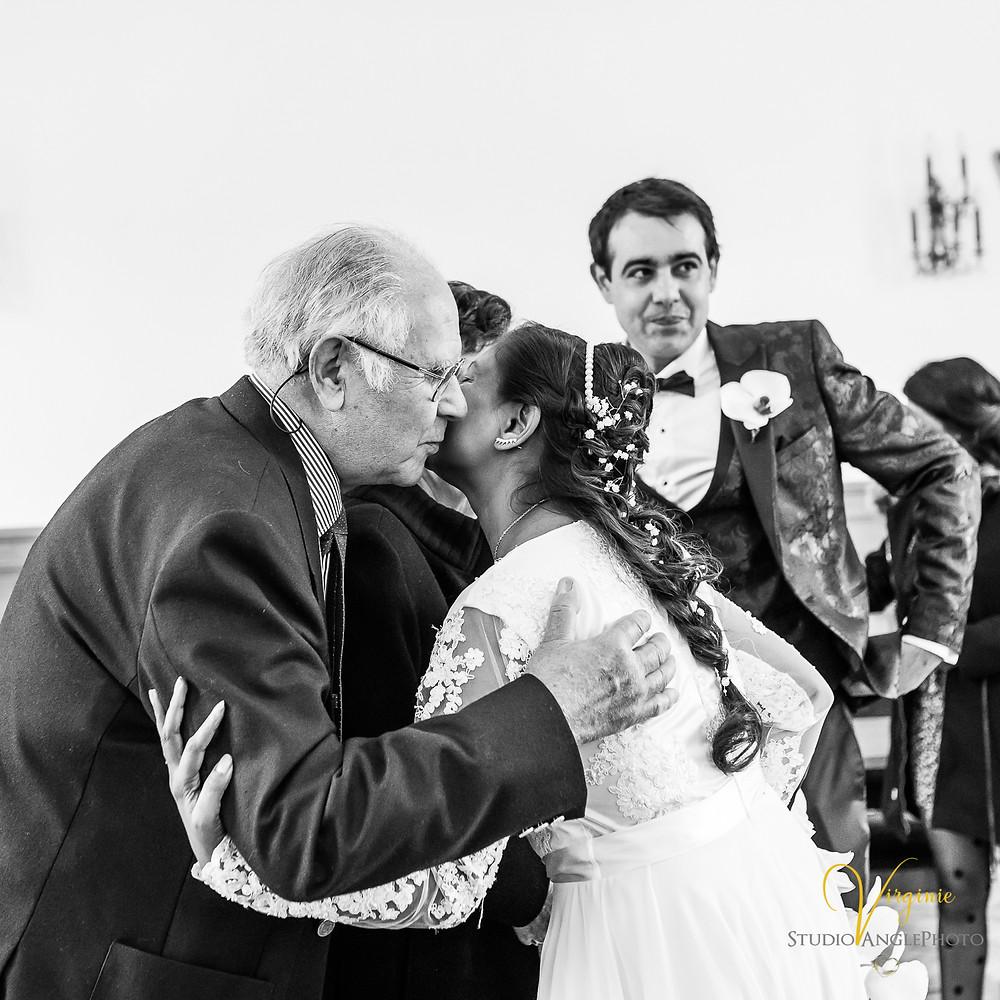 les invités félicitent les mariés à la fin de la cérémonie civile