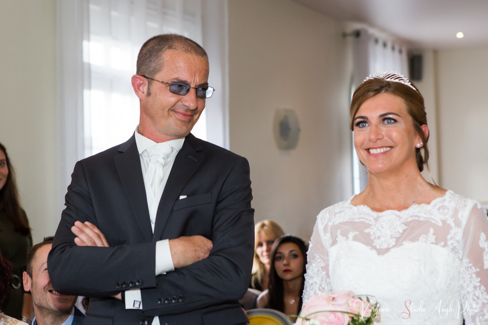 le futur époux regarde la mariée avec émotion