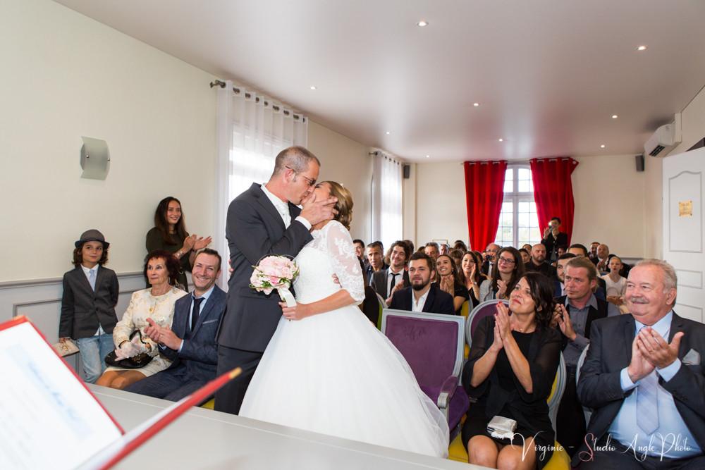 le bisou des mariés à la mairie