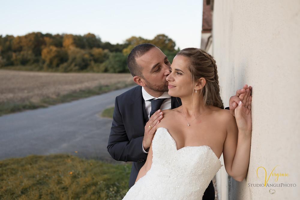 moment de tendresse le marié dépose un doux bisou sur la joue de la mariée