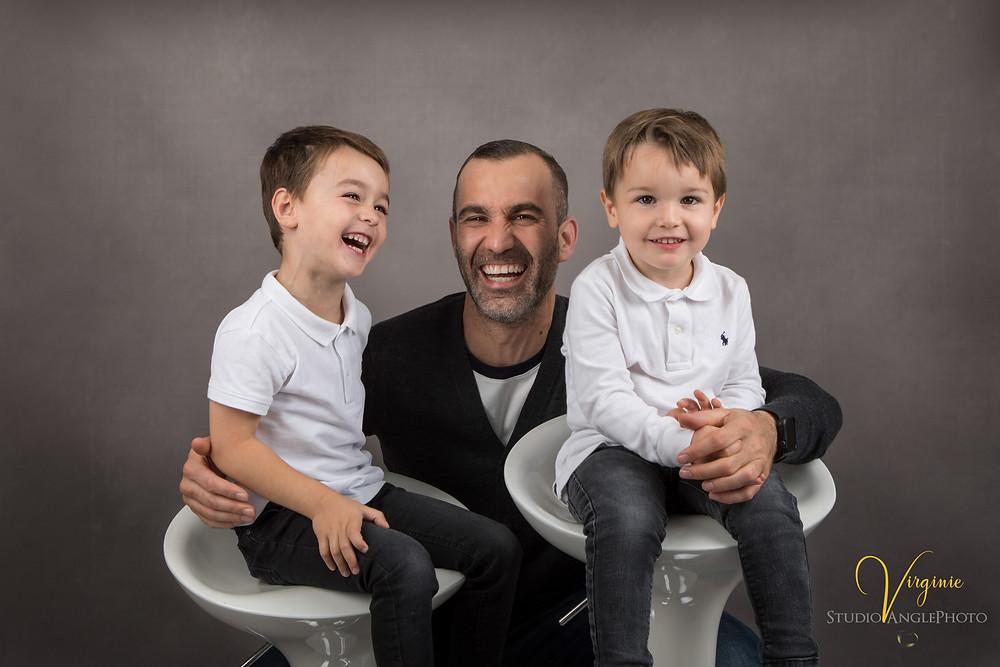 rire et complicité entre le papa et ses deux fils