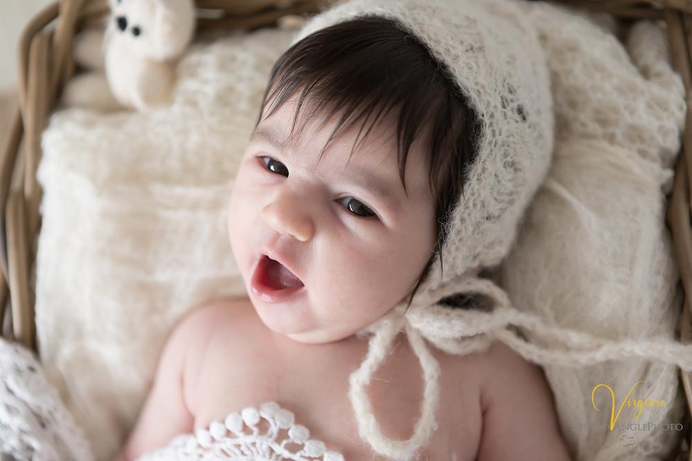 bébé baille pendant la séance photo