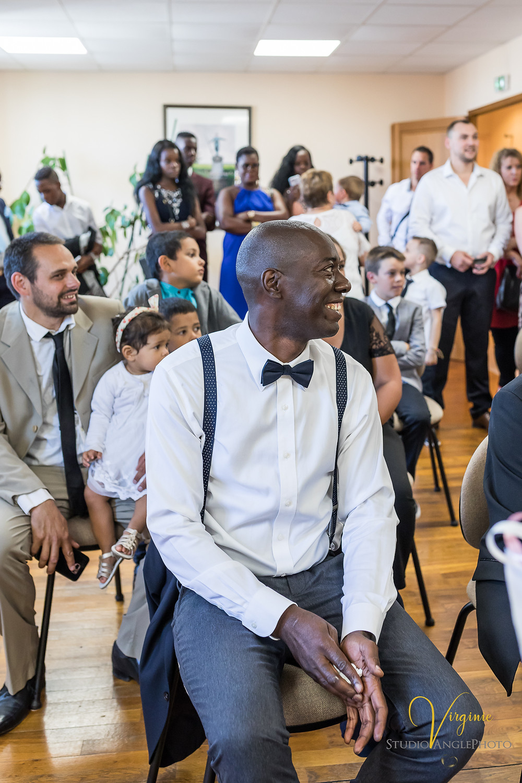 Témoin du marié tout souriant