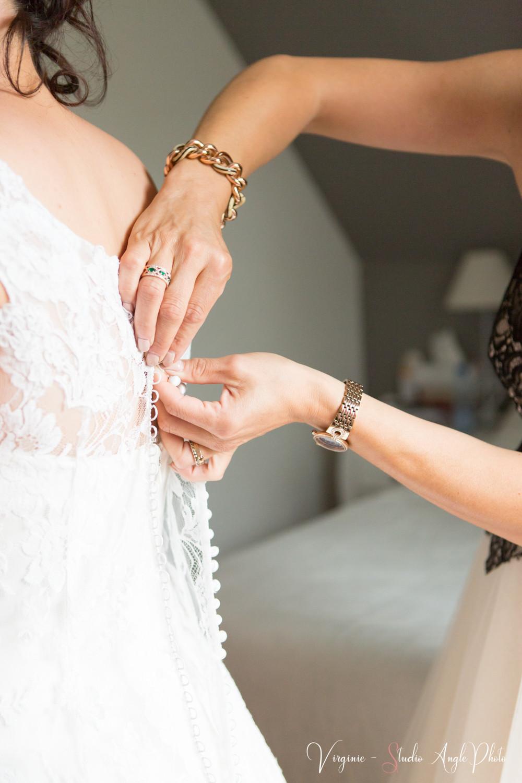 boutonnage de la robe de mariee