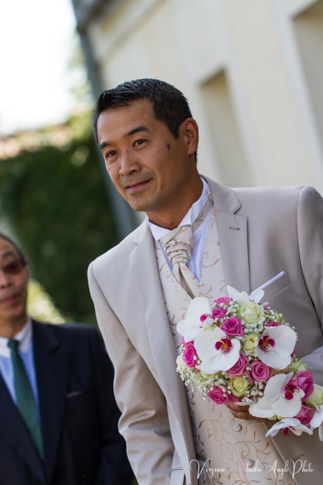 le marié attend la mariée avec le bouquet