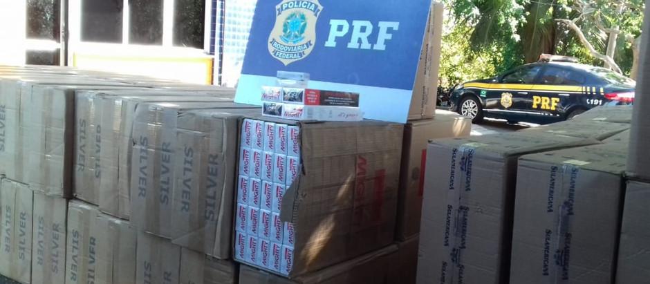 Agentes da PRF apreendem 700 mil cigarros paraguaios; duas pessoas são presas