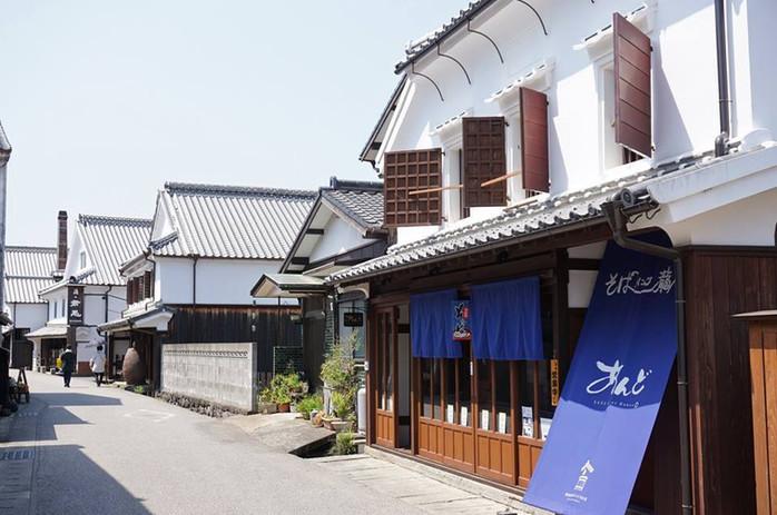 肥前浜宿酒蔵通りとゲストハウスあんど.jpg