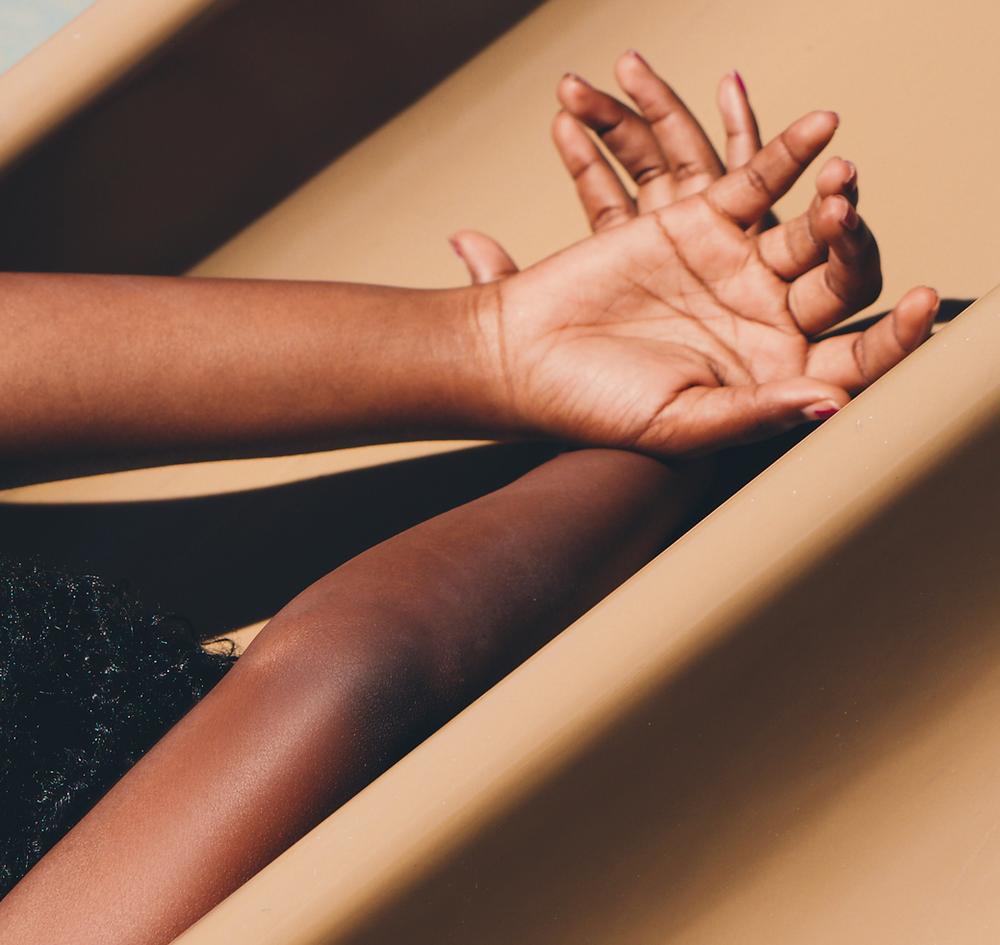 Braços e mãos da mesma pessoa posando para foto, descansando