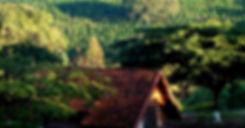Chales em madeira no alto da montanha com vista para o cafezal a sombra de arvores hotel fazenda menino da porteira ouro fino mg