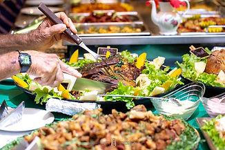 Buffet do restaurante do hotel fazenda carne assada pessoas se servindo