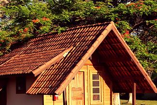 Chales em madeira a sombra das arvores para familias em hotel fazenda