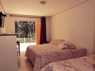 Apartamentos de hotel fazenda com cama de casal varanda com vista para lagos de pescaria