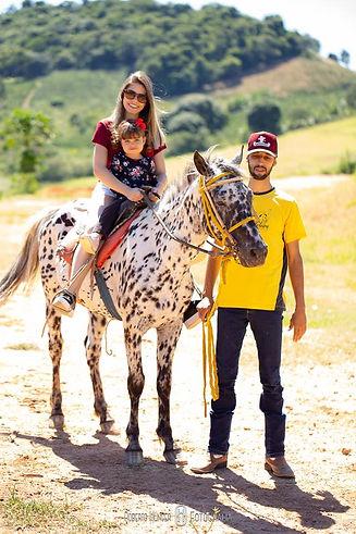 Criança montada a cavalo com sua mae paseio em hotel fazenda acompanhada por monitor com seguraça incluso no diaria cavalo pintado