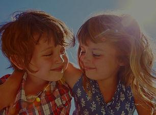 Crianças felizes abraçadas