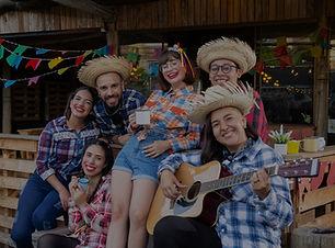 Pessoas se divertindo participando de festa junina com chapeu de palha roupas tipicas de quadrilha musica vinho quente festa de sao joao em hotel fazenda
