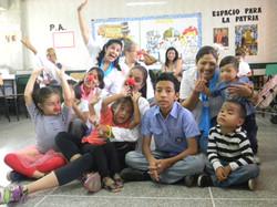 Niños de la fundación sonriendo