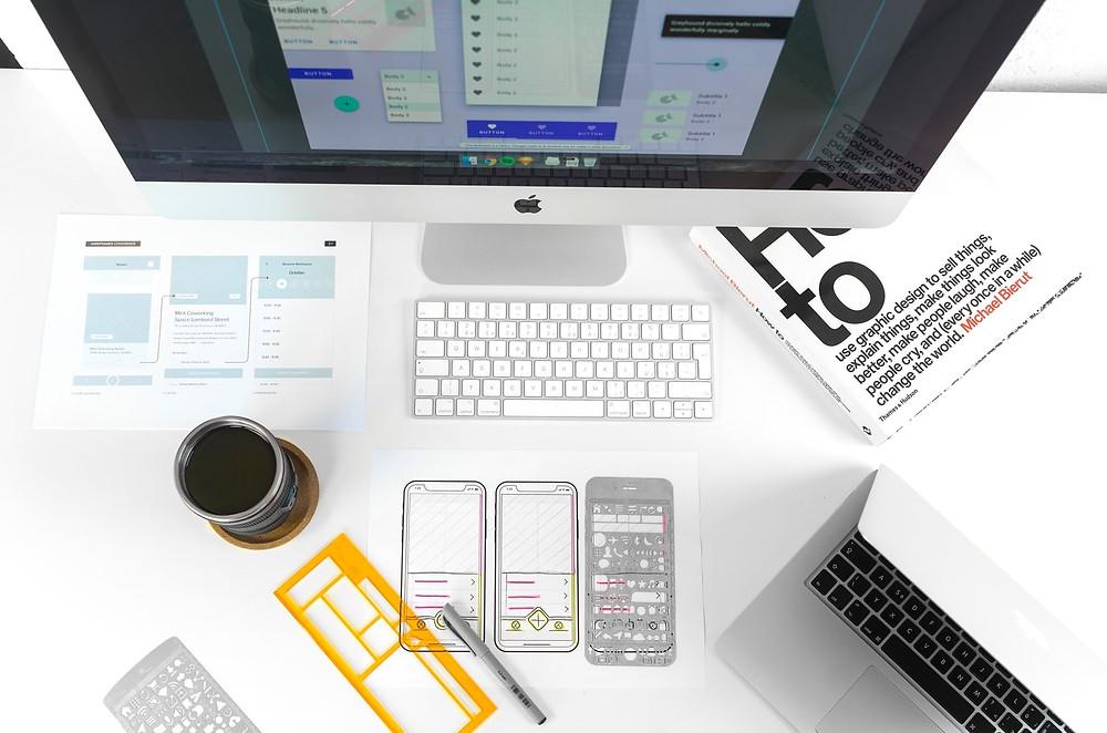 Laual arvuti koos klaviatuuri ja disaininäidistega.