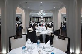 Area Ristorante: colonne ed elementi verticali in gesso raccordato a soffitto con gole luminose a led.