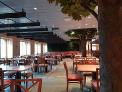 Area Restaurant: soffitto in metallo e doghe lisce con elementi sospesi rivestiti in legno.