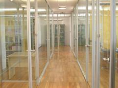 Parete Divisioria in Vetro per Uffici e Corridoio: parete in vetro colorato a tutt'altezza con profili in alluminio e porte scorrevoli.