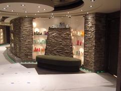 Area Shop:  soffitto con gole luminose metalliche e led interno.