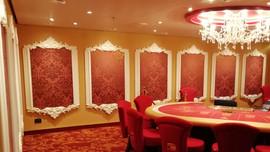 Area Casinò: soffitto in alveolare verniciato con rosone centrale in gesso e led. Cornici per specchiere in gesso.