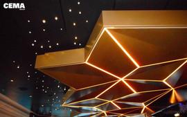 Area Salone Relax: soffitto in metallo e gole luminose con led.