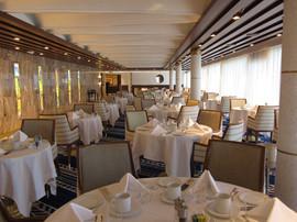 """Area Sala da Pranzo: soffitto in metallo pellicolato """"simil legno"""" e travi metalliche."""