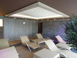 Area Spa: soffitto in metallo antiruggine e gole luminose con led.