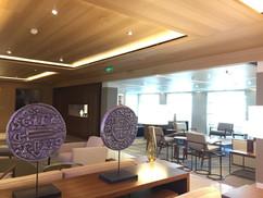 """Area Bar e Ristorante: soffitto in metallo rivestito con pellicola """"simil legno"""" e pannelli alveolari con faretti e gole luminose led."""