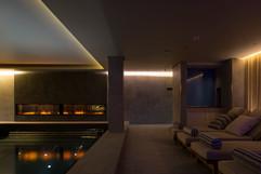 Area Spa: soffitto in metallo con gole luminose perimetrali e pannelli in alveolare verniciati.