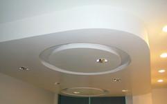 Area Ingresso: soffitto con gole luminose e led, rosone centrale e faretti.