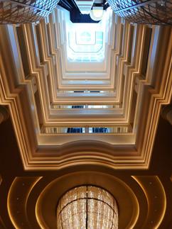 Area Ascensori: cosciale e soffitto in gesso con elementi decorativi, rosoni e gole luminose con led.